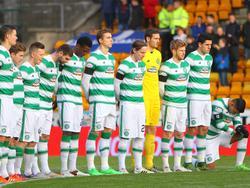 Emilio Izaguirre (rechts) und seine Celtic-Teamkollegen trauern um Arnold Peralta