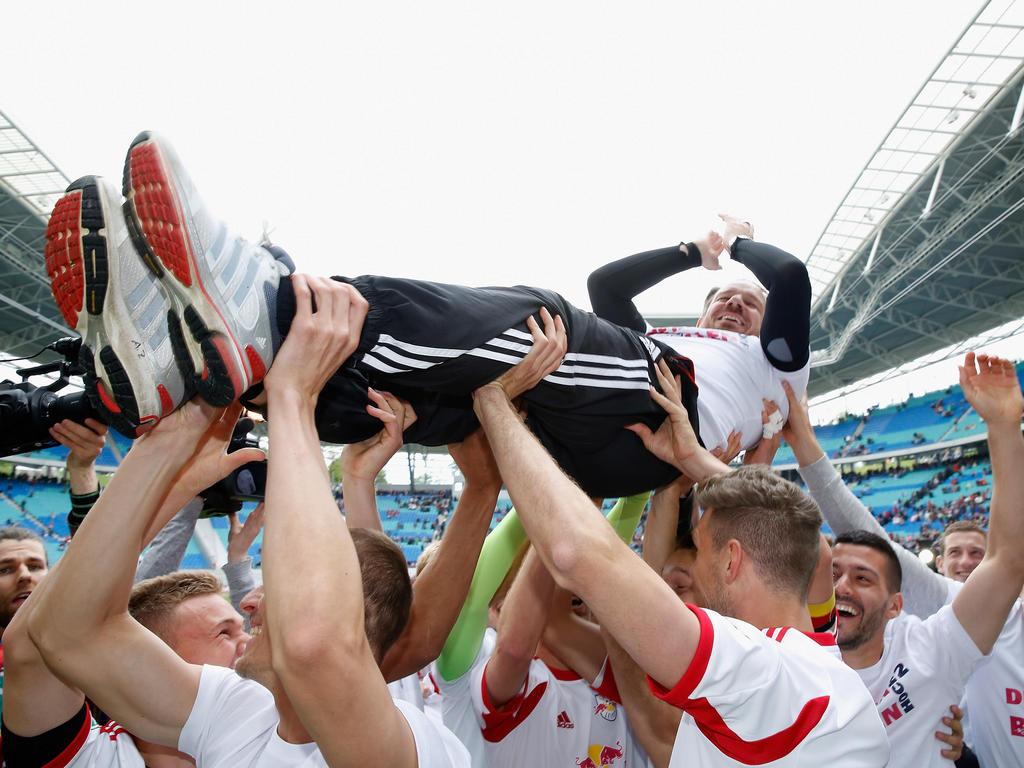 Die Leipziger Spieler feiern ihren Trainer Alexander Zorniger nach dem geglückten Aufstieg