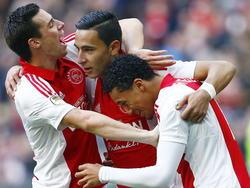 Samen met Nick Viergever (l.) en Jaïro Riedewald (r.) viert doelpuntenmaker Anwar El Ghazi (m.), die nog maar net is ingevallen, de 3-1 van Ajax in het duel met FC Utrecht. (14-12-2014)