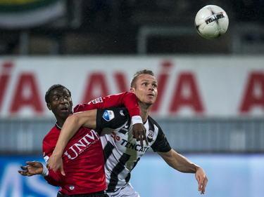Janio Bikel (l.) en Ramon Zomer (r.) vechten een stevig duel uit tijdens het competitieduel Heracles Almelo - sc Heerenveen. (21-03-2015)