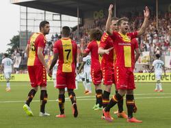 Het is bijna rust, maar niet voordat Go Ahead Eagles in Emmen op 1-1 komt tegen Ferencváros TC. Jerry van Ewijk (r.) viert de gelijkmaker, met achter hem de maker van het doelpunt: Bart Vriends. (02-07-2015).