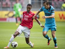 Patrick Joosten (l.) heeft de bal aan de voeten, maar wordt opgejaagd door Stijn Wuytens (r.). (21-08-2016)