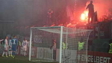 Die HSV-Profis wollten die Fans vom Abbrennen der Pyrotechnik abbringen