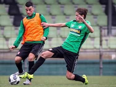 Gino Boers (l.) vecht een duel uit met Quincy Boogers (r.) tijdens de eerste training van FC Dordrecht (27-06-2016).
