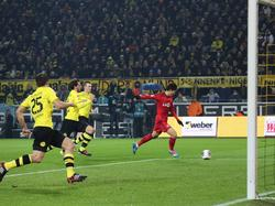 Nachdem er Weidenfeller umkurvt hatte, schiebt Son (r.) aus spitzem Winkel zum 1:0-Endstand ein. Leverkusen mausert sich damit Anfang Dezember 2013 zum Bayernjäger. (07.12.2013)