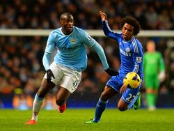Yaya Touré (l.) en Willian (r.) strijden om de bal tijdens Manchester City - Chelsea. (3-2-2014)