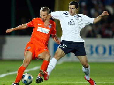 Florian Klein (l.) im Zweikampf mit Henrikh Mkhitaryan (r.) während des Europa-League-Playoff 2009/2010 zwischen Austria Wien und Metalurh Donetsk (2:2).