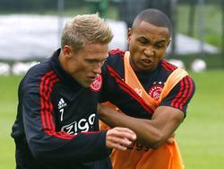 Kenny Tete (r.) en Viktor Fischer doen weinig voor elkaar onder op de training van Ajax. (13-07-2015)