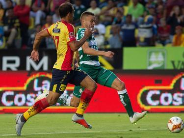 Jonathan Rodríguez (dcha.) lleva el cuero ante Emanuel Loeschbor. (Foto: Imago)