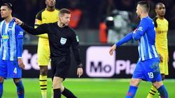 Schiedsrichter Tobias Welz (M.) hat Vedad Ibisevic (r.) die Rote Karte gezeigt und weist ihn vom Feld