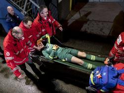 Nare beelden in De Vliert, waar Luuk Koopmans een kwartier voor tijd per brancard naar de kant moet. De goalie van Jong PSV krijgt een knietje tegen zijn hoofd. (13-01-2017)