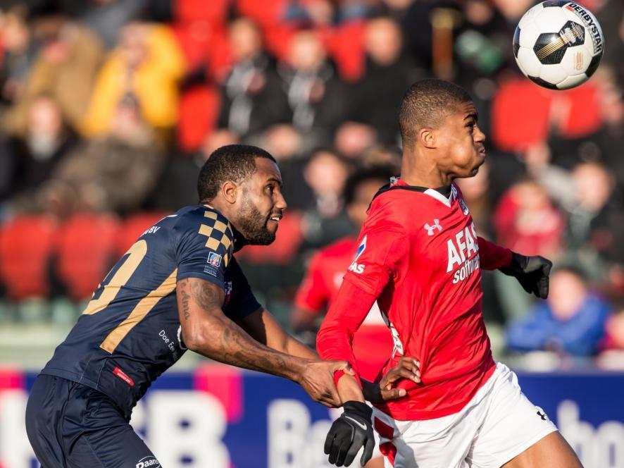 Myron Boadu (r.) probeert Sanny Monteiro (l.) van zich af te houden tijdens het competitieduel Jong AZ Alkmaar - Kozakken Boys (21-01-2017).