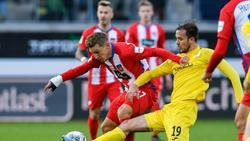 Bielefelds Manuel Prietl (r.) spitzelt dem Heidenheimer Konstantin Kerschbaumer (l.) den Ball weg