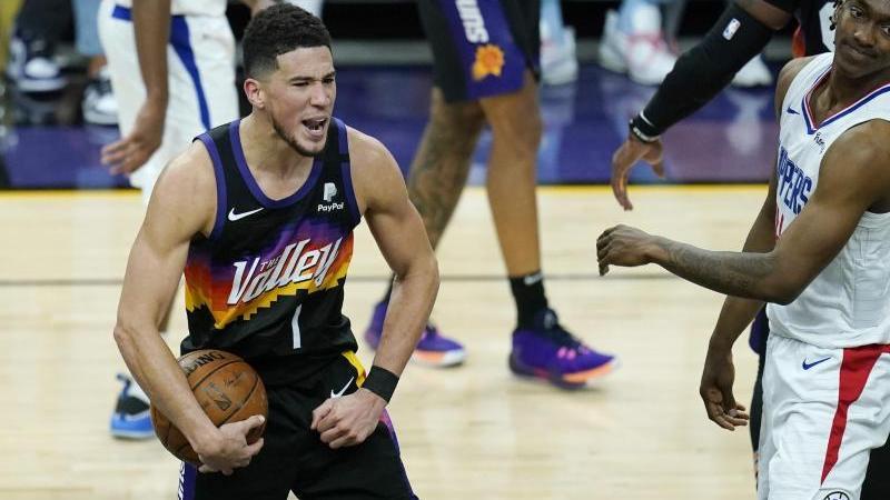 Phoenix Suns-Guard Devin Booker (l.) freut sich über den Auftaktsieg