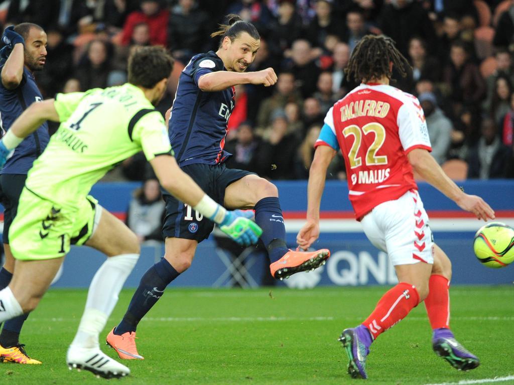 Zlatan Ibrahimović (M.) zieht ab, Johann Carrasso (l.) und Mickaël Tacalfred (22) können am nur staunen