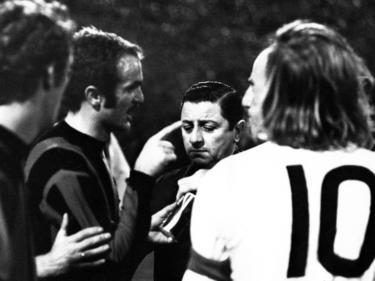 Gladbacher und Mailänder diskutieren mit Schiedsrichter Dorpmans