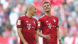 Thomas Müller (r.) bedankt sich bei Arjen Robben für die gemeinsame Zeit