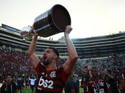 Pablo Marí levanta la Copa Libertadores en Lima.