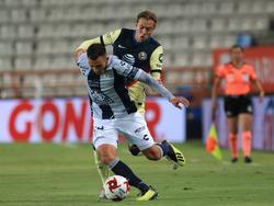 Sebastián Córdova persigue a un jugador del Pachuca.