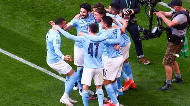 Ilkay Gündogan (2.v.l.) und Co. feiern den Gewinn des League Cups