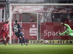 Energie-Cottbus-Keeper Robert Almer hat am 15. Spieltag der Zweitligasaison 2013/2014 keine Chance, den Ball gegen Denis Epstein vom FSV Frankfurt abzuwehren (22.11.2013).