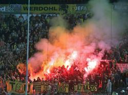Fans von Borussia Dortmund brennen in Saloniki massenweise Pyrotechnik ab