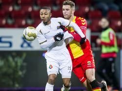 Leon de Kogel (r.) zet druk op Crescendo van Berkel tijdens de competitiewedstrijd SC Telstar - Go Ahead Eagles. (18-01-2016)