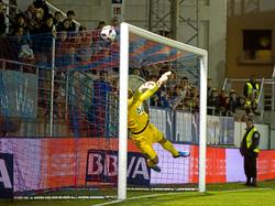 Domínguez recibe el gol de Borja Bastón en la Copa del Rey en Ipurua. (Foto: Imago)