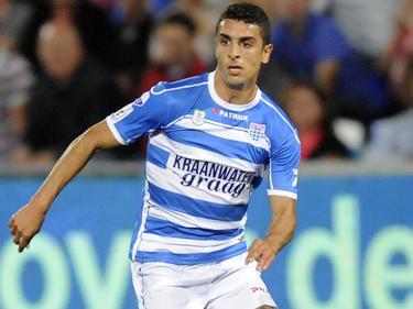 Youness Mokhtar is op zoek naar een afspeelmogelijkheid tijdens de wedstrijd PEC Zwolle - SC Cambuur. (24-08-2013)