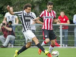 Aleksandar Boljević (r.) duelleert met Mehmet Dingil (l.) tijdens Jong PSV Eindhoven - Achilles'29. (9-8-2014)