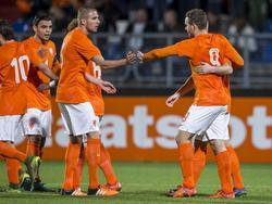Doelpuntenmaker Vincent Janssen (r.) wordt gefeliciteerd met zijn doelpunt tegen Jong Wit-Rusland. Voor Janssen is het alweer zijn vierde goal in vier kwalificatiewedstrijden. (12-11-2015)