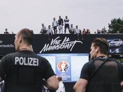 Die Polizei nahm in Berlin eine Person auf der Fanmeile fest