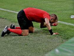 Der Schiedsrichter-Assistent wurde von einem Becher getroffen