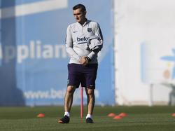 Ernesto Valverde reflexiona sobre el campo de entrenamiento. (Foto: Getty)