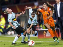 Lieke Martens (dcha.) se marcha de sus rivales belgas. (Foto: Getty)