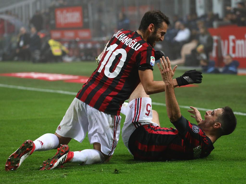 Hakan Calhanoglu (l.) freut sich mit Teamkollege Giacomo Bonaventura über den Treffer zum 2:1