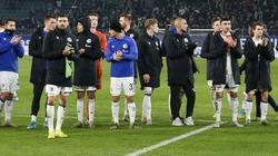 Betretene Mienen bei den Schalker Spielern nach Abpfiff
