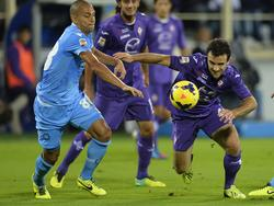 Giuseppe Rossi (r.) versucht sich gegen Gökhan Inler auf den Beinen zu halten