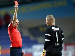 Schiedsrichter Sebastian Gishamer blieb keine andere Wahl als Christopher Knett Rot zu zeigen