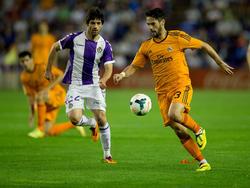 Isco (r.) von Real Madrid im Laufduell mit Valladolids Victor Perez