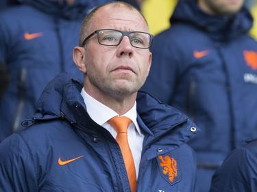 Bondscoach Fred Grim kijkt heel serieus op het moment dat het volkslied van Cyprus wordt afgespeeld bij het EK-kwalificatieduel van Jong Oranje. (04-09-2015)