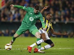 Nadir Çiftçi vecht namens Celtic een duel uit met Abdoulaye Ba van Fenerbahçe. (10-12-2015)