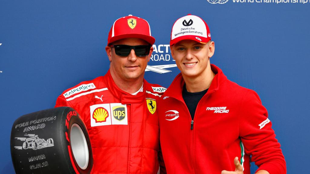 Mick Schumacher (r.) hat sich bereits mit Ferrari-Pilot Kimi Räikkönen getroffen