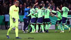 Jubel bei den Schalke-Profis, Ernüchterung bei Kölns Timo Horn