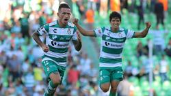 Brian Lozano adelantó al Santos en el minuto 40.