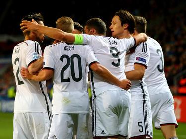 Nico Schulz (5) is het middelpunt van een Duits feestje als hij Jong Duitsland op voorsprong heeft gezet tegen Jong Tsjechië op het EK onder de 21. (23-06-2015)