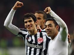 Jesús Vallejo celebrando una victoria del Eintracht con el méxicano Marco Fabián. (Foto: Getty)