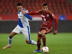 Ali Messaoud (r.) vecht namens FC Vaduz een duel uit met Marko Basic van Grasshoppers. (21-11-2015)