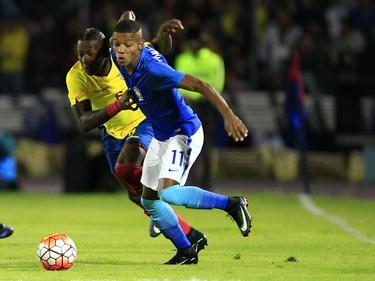 Davis Neres (r.) probeert los te komen van Pervis Estupiñán (l.) tijdens het duel in de Campeonato Sudamericano U20 tussen Ecuador en Brazilië (19-01-2017).