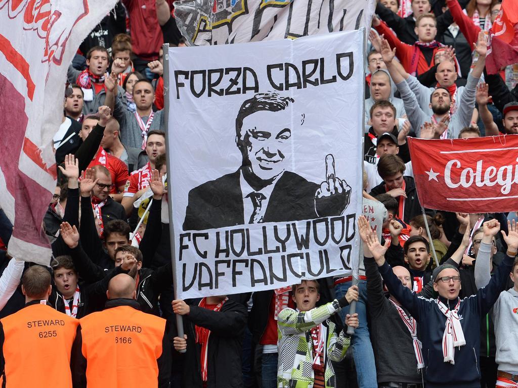 Bayern-Fans protestieren in Berlin gegen die Entlassung von Ancelotti